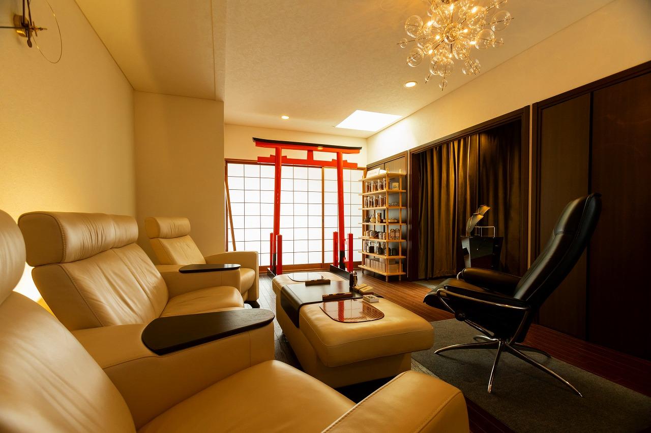 朱塗りの鳥居とソファのある部屋